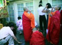 四眾弟子正在地上沾甘露水洗臉、品嚐芬芳的甘露.jpg