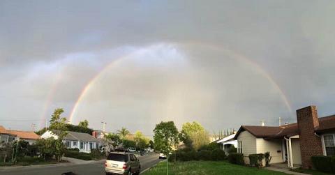 百場聖會圓滿當時,洛城出現東邊下雨西邊晴天,因海玉尊所在的聖地的洛杉磯東方出現兩道彩虹,極為殊勝-11