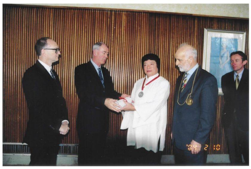義雲高(H.H.第三世多杰羌佛)獲英頒授-Fellowship-英國皇家藝術學院的Fellow中央日報-圖2-1024x690